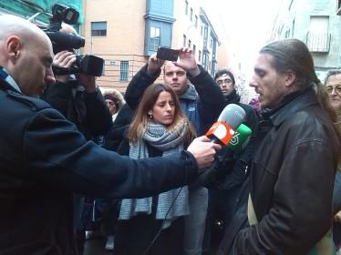Hugo Atman, participante en el banco, informando a la prensa